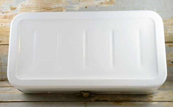 Oude witte broodtrommel e. w 2